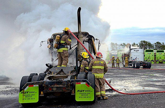 Deuxcamions sont la proie des flammes à Saint-Germain-de-Grantham