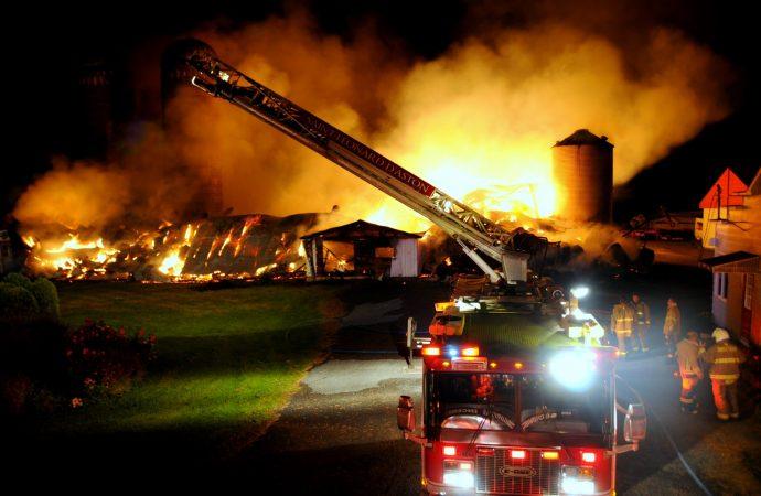 Violent incendie de ferme à Sainte-Brigitte-des-Saults