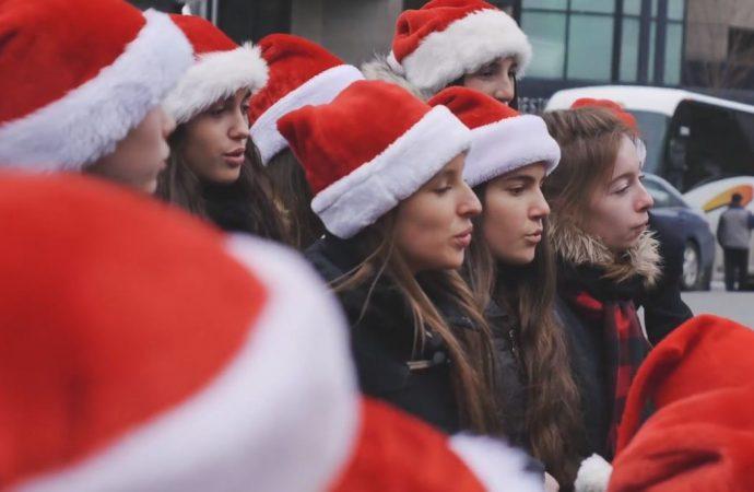 (VIDÉO) Le «sofa surprise de Noël» du Collège Saint-Bernard sait rendre les gens heureux