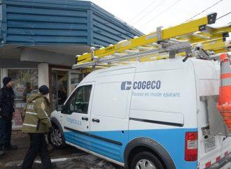 Un employé de COGECO termine son chemin près d'une porte de commerce