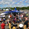 Un CF-18 et un hélicoptère CH-146 Griffon à l'Aéroport de Drummondville captivent la population