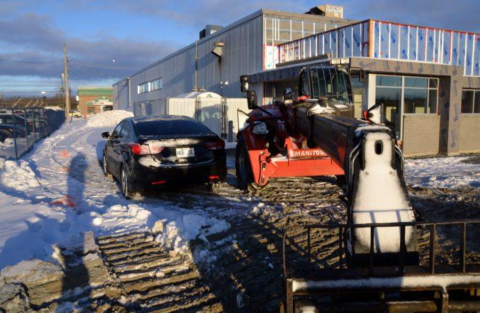 Intoxiqué et à pleine vitesse sur un stationnement en chantier