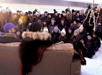 [VIDÉO] Sofa surprise de Noël: 70 élèves du Collège Saint-Bernard offrent une belle surprise exceptionnelle à leurs invités