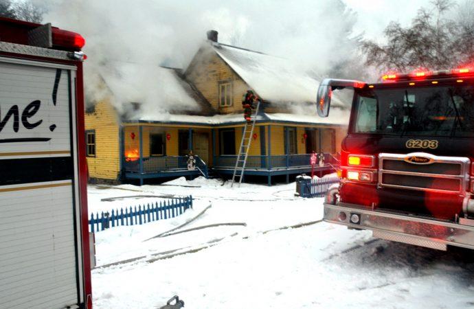 """Incendie de la demeure de """"la commère"""" du VQA – La maison érigée en 1850 devra être démolie"""