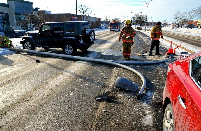 Accident plutôt inusité: Un lampadaire tombe sur une voiture