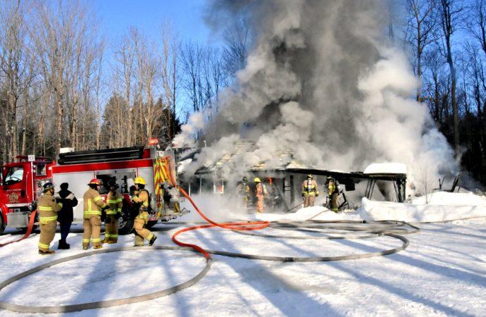 Un incendie majeur détruit une résidence de Saint-Cyrille-de-Wendover