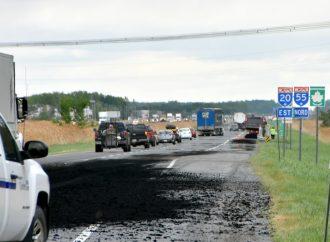 Un déversement de 10 tonnes d'asphalte sur la 20 cause une sortie de route près de Drummondville
