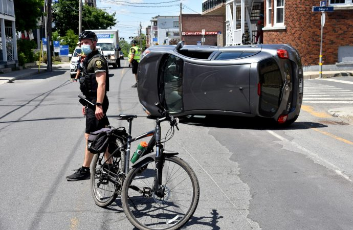 Une voiture se renverse suite à un accident au centre-ville de Drummondville