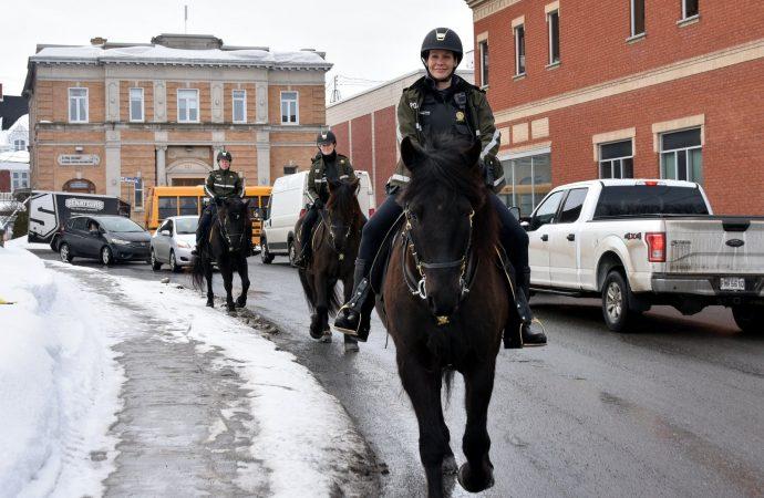 Trois policières membres de l'équipe équestre de la Sûreté du Québec ont effectué une patrouille à Drummondville.