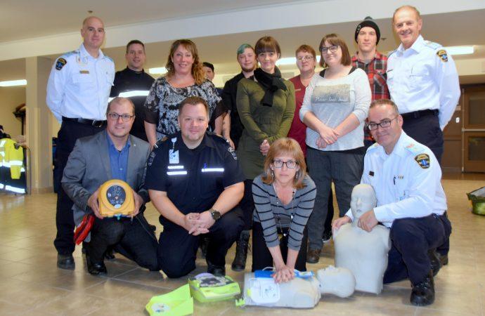 Les paramédics de Drummondville remettent des défibrillateurs externes automatisés à deux organismes de la région