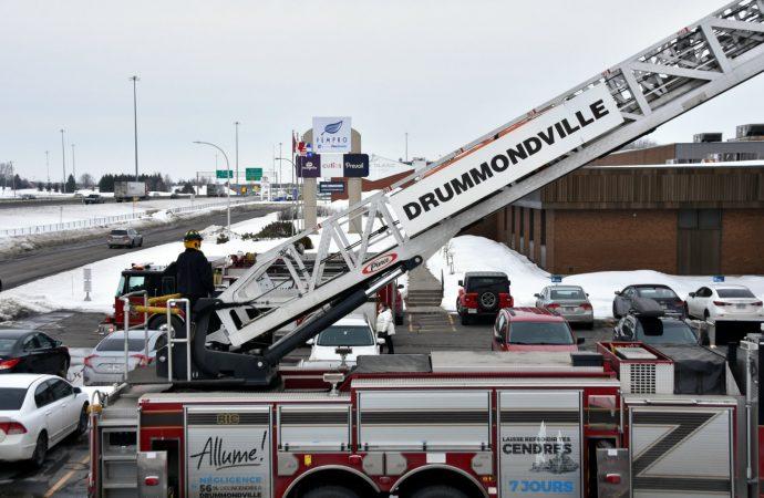 Fempro – Les pompiers sont présents pour évaluer les risques d'effondrement de la toiture. (Prévention)