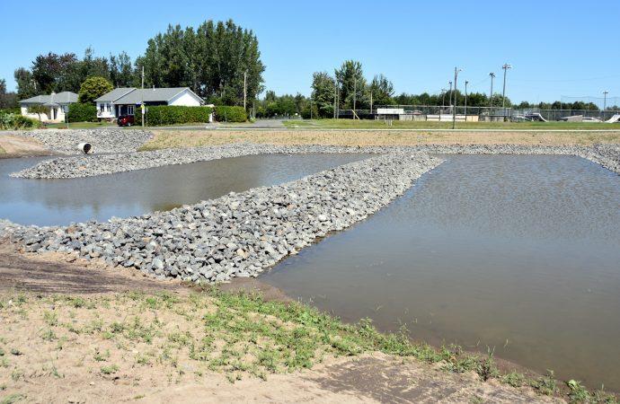 Des citoyens et familles inquiètes d'un bassin d'eau à ciel ouvert à Drummondville