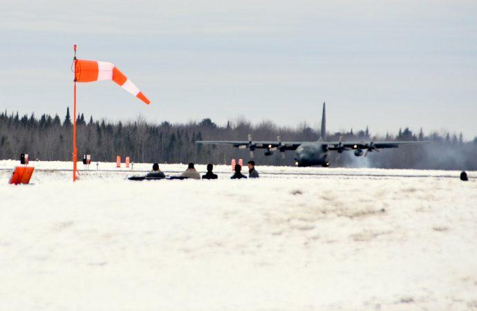 Un Hercule des forces armées Canadiennes se pose à l'aéroport de Drummondville