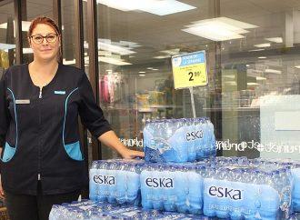 Une pharmacie veut vendre moins de bouteilles d'eau en plastique