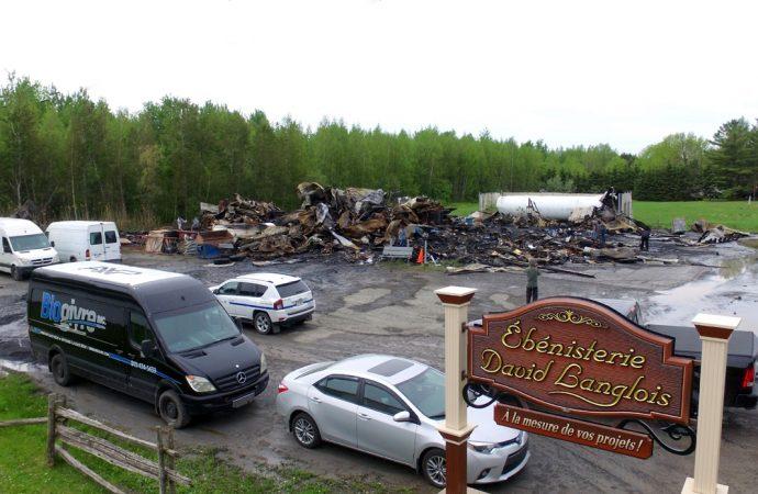 Incendie à Saint-Cyrille; de lourdes pertes pour deux entreprises de la région