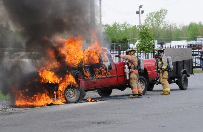Un véhicule flambe rue Saint-Roch Sud