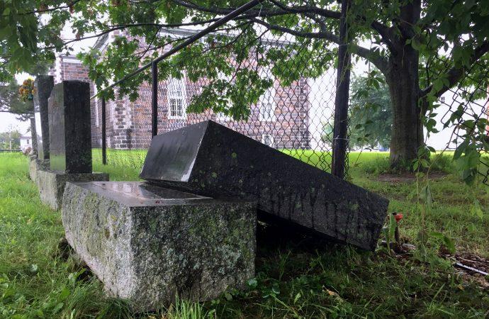 Un septuagénaire coincé sous une pierre tombale