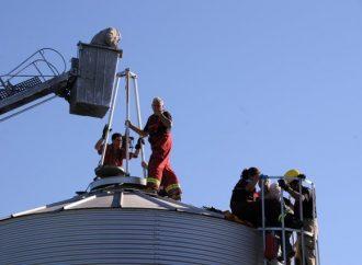 Travailleur prisonnier d'un silo à grain