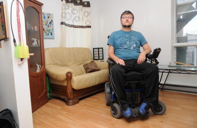 (VIDÉO) À 33 ans, il est incapable de bouger et doit dormir dans son fauteuil roulant