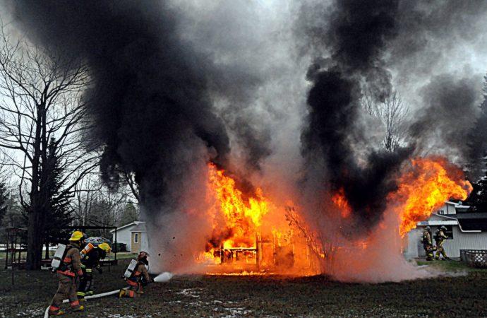 (VIDÉO) Un incendie majeur détruit complètement une résidence