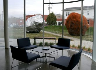 Une oeuvre d'art devant la nouvelle bibliothèque fait jaser les Drummondvillois