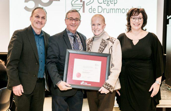 Le président du Groupe Canimex, Roger Dubois, reçoit un diplôme honorifique du Cégep de Drummondville