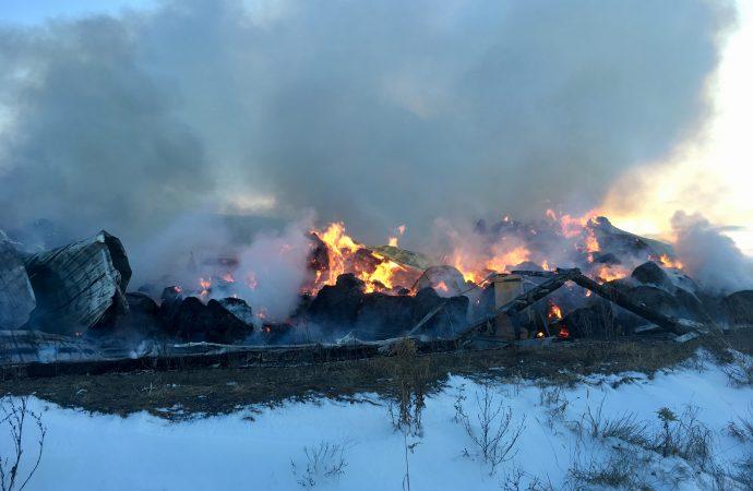 (VIDÉO) Un bâtiment de ferme est la proie des flammes à Sainte-Clothilde-de-Horton