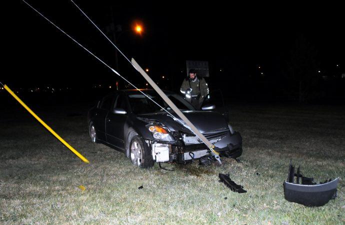 (VIDÉO) Encore l'alcool au volant – Le conducteur frappe des câbles qui haubanent un poteau électrique