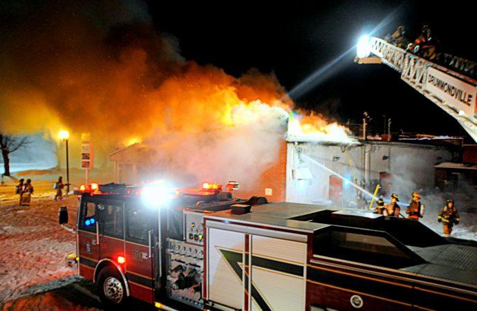 (VIDÉO) En cette veille de Noël, un incendie majeur détruit plusieurs commerces au centre-ville de Drummondville