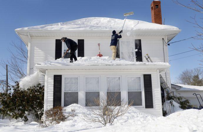 Il faut bien planifier pour déneiger vos toits en hiver et être prudents