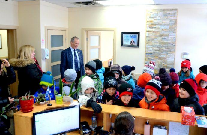 Deux enseignantes et 26 élèves envahissent le bureau du député de Johnson André Lamontagne à Drummondville