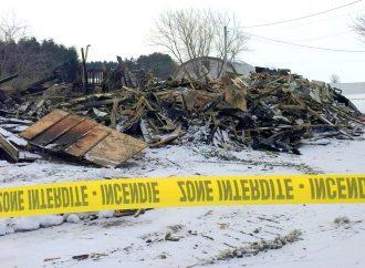 Maison centenaire rasée par les flammes – Une famille se retrouve à la rue à Saint-Léonard-D'aston