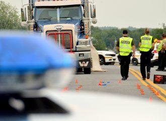 Une collision entre un véhicule lourd et une moto cause un décès à Durham-Sud
