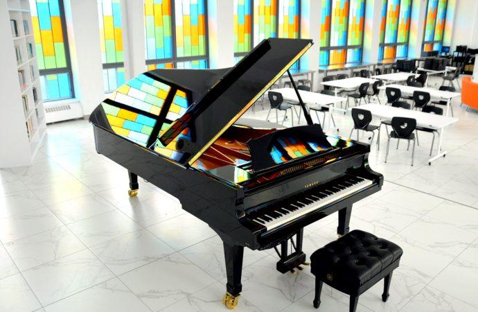 Un énorme piano à queue de 9 pieds fait son arrivée de façon spectaculaire au Collège Saint-Bernard
