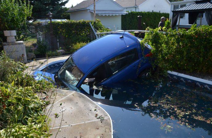 Accident inusité sur la rue Gisèle-Une conductrice termine sa course dans une piscine creusée