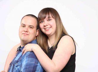 Un jeune couple demande de l'aide pour fonder sa famille