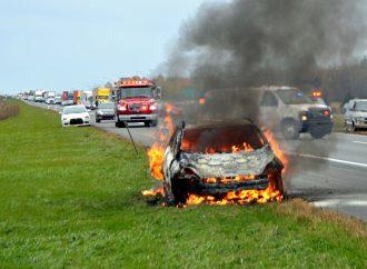 Un incendie de véhicule cause la fermeture de l'autoroute 20