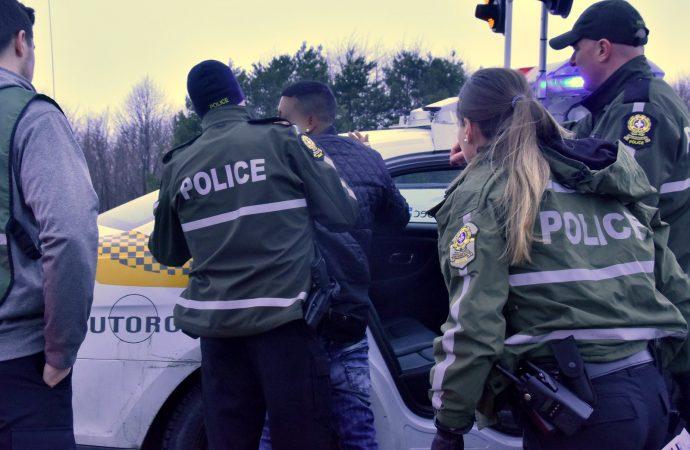 Conduite erratique, armes prohibées et inconduite – Un chauffard intercepté sur l'autoroute à Drummondville