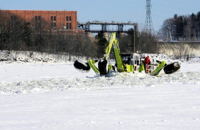 Bris du couvert de glace sur la rivière Saint-François