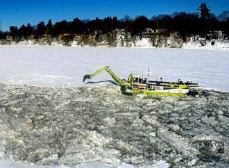 Bris du couvert de glace sur la rivière Saint-François Les travaux de l'excavatrice flottante débuteront le 28 février