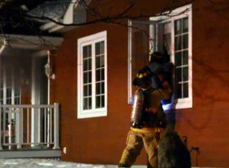 Incendie – Les pompiers secourent une dame à mobilité réduite coincée dans sa demeure à Drummondville (Vidéo)