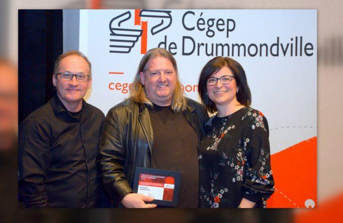 Sylvain Marcotte reçoit le Prix de l'enseignement Roch-Nappert