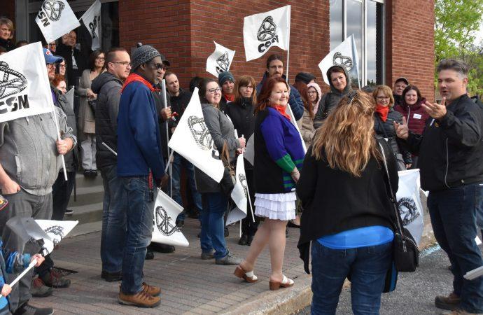 Déçus des négociations, les employés municipaux cols blancs de Drummondville s'invitent au Conseil municipal