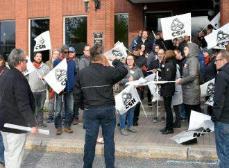 Manifestation des employé(e)s cols blancs lors du conseil municipal de Drummondville