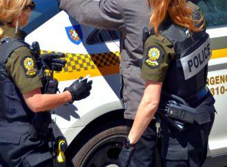 Perquisition et fraudes – Cinq arrestations dans une opération policière de la SQ contre un réseau de fraude en ligne