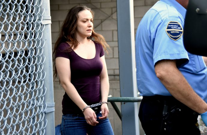 Une sentence d'emprisonnement fédéral pour avoir transpercé le visage d'une jeune femme avec un couteau