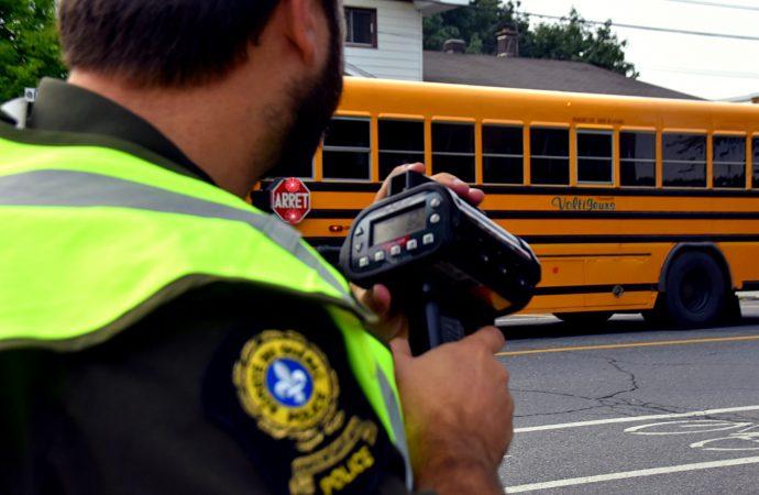 Cellulaire et arrêt aux feux clignotants scolaires – Les cyclistes s'exposent dorénavant à des amendes coûteuses