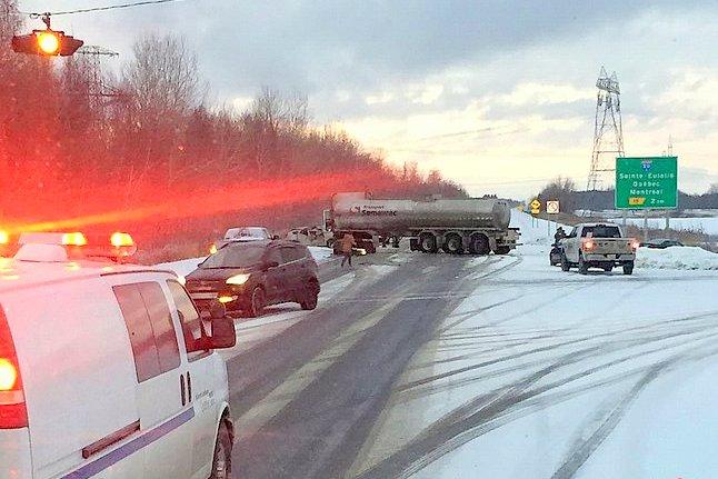 Une collision frontale impliquant un poids lourd et 2 véhicules sur la 955 à St-Samuel