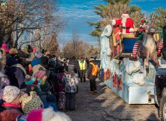 Défilé du Père Noël – le Père Noël comblé par les 10 000 personnes venues l'accueillir à Drummondville