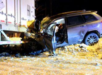 Un conducteur percute violemment un poids lourd dans une halte routière à Drummondville